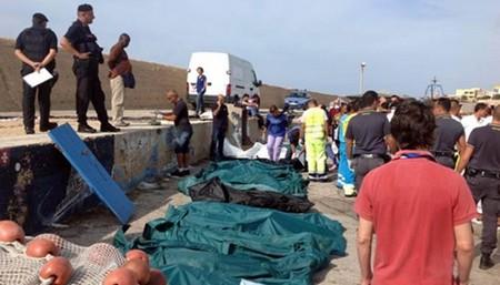 Des corps de migrants repêchés au large de Lampedusa, en Italie, le 03/10/13 (pool/CHINE NOUVELLE/SIPA)