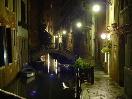 venezia_calle_di_notte_2_sized.jpg