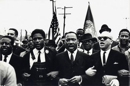Martin Luther King durante la marcia, a Selma, il 7 marzo 1965.