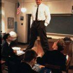 """Robin Williams nella famosa scena del film """"L'attimo fuggente"""" di Peter Weir"""