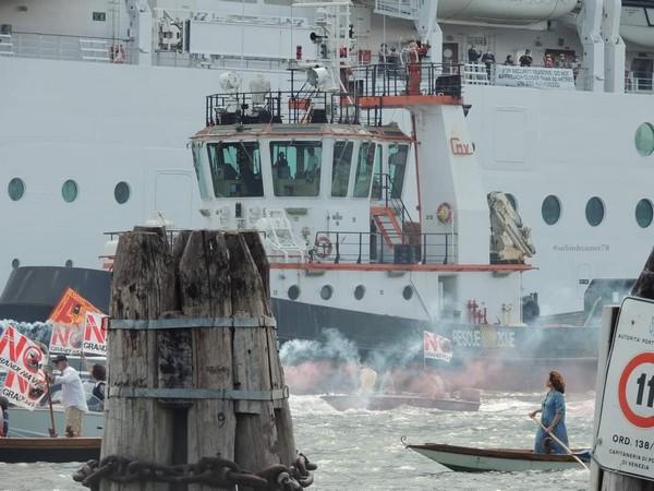 Una donna a remi sfida la nave da crociera a Venezia: la foto fa il giro del mondo